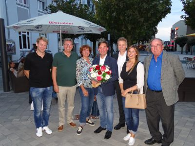 Sebastian Hartmann (Mitte), Dirk Schlömer (3. v.r.) und die Windecker Delegierten (v.r.: Albert Thüssing, Sarah Poppek, Gisela Buchholz, Rainer Buchholz, Mike Elsen)